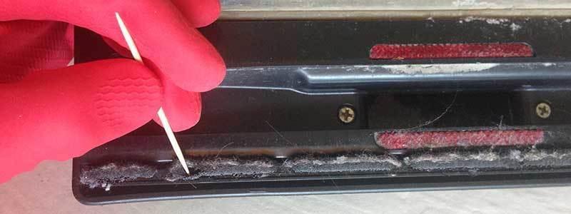 nettoyer la brosse de son aspirateur avec un cure-dents